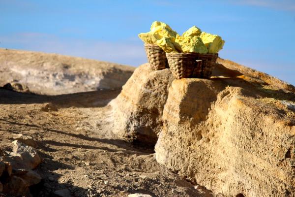 Sulphur miners ijen