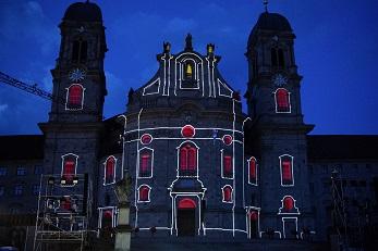 imposantes lichtdesign an der klosterfassade stimmt versöhnlich zum schluss