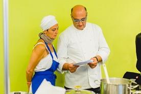 Bäuerin und Köchin Benedikta Pechlaner vom Kinighof am Ritten bespricht mit Sternekoch Andrea Fenoglio vom Restaurant Sissi in Meran den Koch-Workshop.