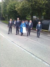 Die höchsten Luzerner auf dem Weg zur Stadthalle, eskortiert von der Standesweibelin