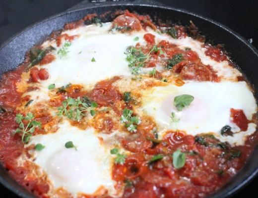 Egg posjert i tomatsaus