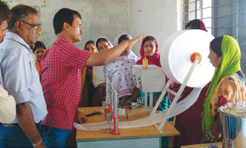 Arunachalam-giviing-demo-of-sanitary-pad-machine