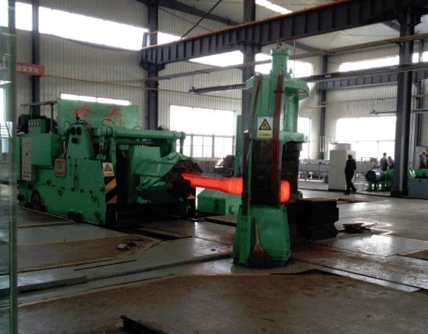 Handmatig smeden van titaan knuppels tot kleinere diameters in China