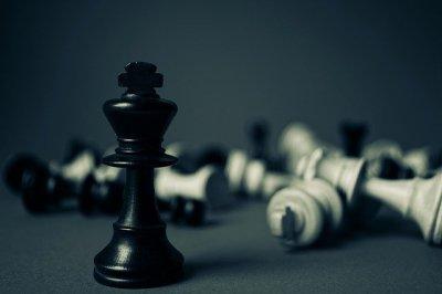 Roi d'un jeu d'échecs triomphant face à toutes les autres pièces vaincues et touchées