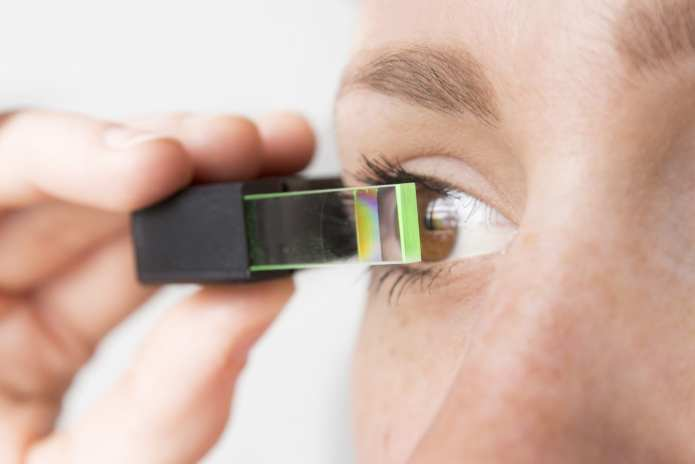 The near-to-eye display with see-through functionality facilitates a small, unobtrusive design. © Fraunhofer IOF