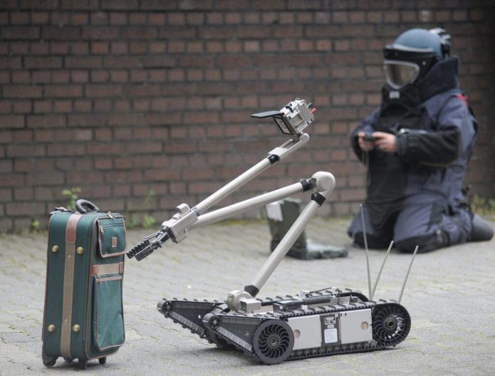 Photo: North Rhine-Westphalia State Office of Criminal Investigation Police emergency personnel defuse a suitcase bomb.