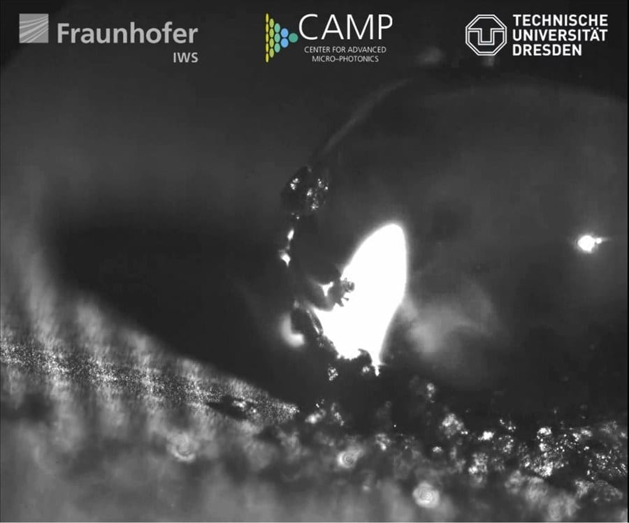 """Water drops do not adhere to the self-cleaning aluminium surface. The latter has been functionalized by a team of """"CAMP"""" scientists using direct laser interference patterning (DLIP). Credit: Fraunhofer IWS Dresden"""
