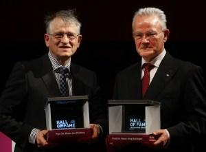 Prof. Dr. Hans-Jörg Bullinger (rechts) und Prof. Dr. Klaus von Klitzing wurden in die Hall of Fame aufgenommen. Bild: Initiativkreis Ruhr / Quelle: FernUni Hagen