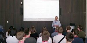 Hr. Jochen Günzel, Mitglied der Geschäftsleitung von AEB, stellt die Agenda des Tages vor