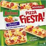La pizza prédécoupée en plusieurs parts est prête à manger.