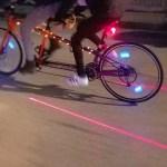Feu arrière de vélo avec laser pour marquer une zone de sécurité sur la route.