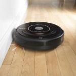 Le robot aspirateur est totalement autonome pour faire le ménage.