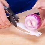 Ce couteau et planche 2 en 1 permet un découpage directement au dessus du plat.