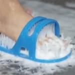 La brosse de douche Shower-feet se fixe au sol et c'est le pied qui bouge. Idéal pour ceux qui manquent de souplesse :)