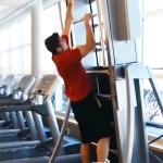 Cet appareil de fitness motorisé vous permet d'avancer sur l'espalier tout en restant sur place.