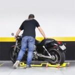 Le chariot TrackMoto est adapté pour recevoir la roue arrière et la béquille de la moto. La mise en parking est nettement facilité.
