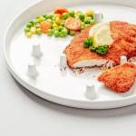 Le fond de l'assiette OneHandPlate est  localement modifié pour un meilleur contrôle de la découpe des aliments avec une seule main.