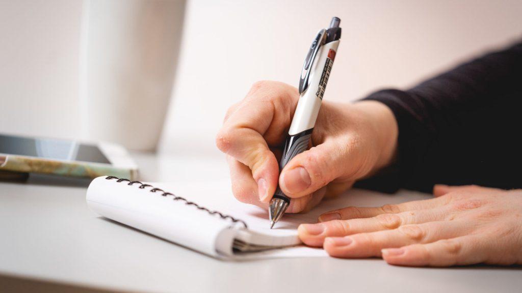 Foto av skriveblokk og penn