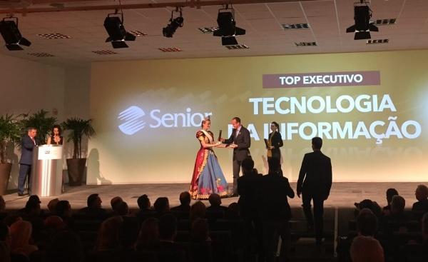 O diretor de Marketing e Produto da Senior, Alencar Berwanger, recebe o prêmio. Senior é Top Of Mind SC há 5 anos consecutivos.