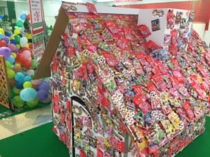 お菓子でいっぱいの家