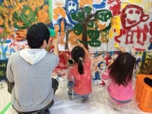 子ども達と絵本作りをしている