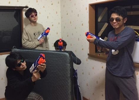 NERFで撃ちあう人達