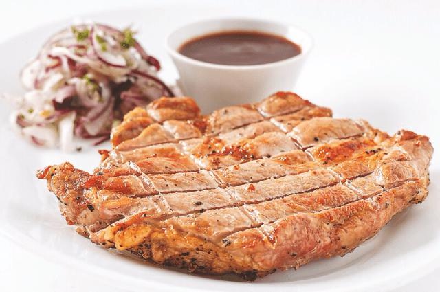 стейки из свинины с соусом