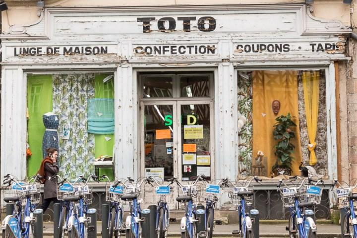 vitrine de magasin sur la place du Champ-Jacquet, à Rennes