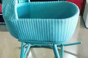 ayunan bayi kayu atau rotan sintetis, mengayun depan-belakang, warna biru pastel