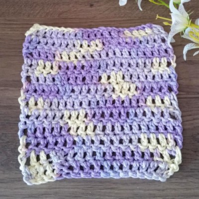 A dishcloth made with cotton yarn. The pattern turned out wonderfully thanks to the swirl dye of the yarn.