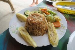 Arroz, plátano asado y ensalada (Puerto López, Ecuador)