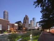 Downtown Skyline und Wortham Theater Center entlang des Buffalo Bayou. - Foto: Greater Houston Convention and Visitors Bureau