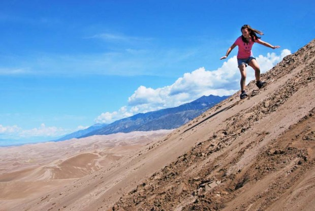 Sandboarding von der High Dune im Great Sand Dunes Nationalpark. - Foto: National Park Service