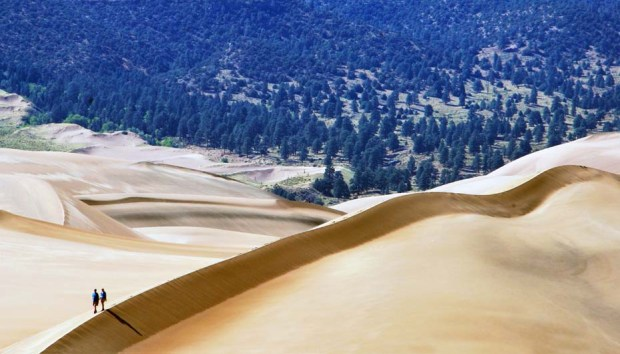 Zwei Wanderer im Great Sand Dunes Nationalpark. - Foto: National Park Service