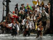 Die Seafair Pirates gehen in Seattle an Land. - Foto: Gary Breedlove