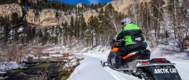 Snowmobiling im Spearfish Canyon. - Foto: South Dakota Department of Tourism