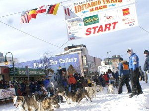 Ceremonial Start am 3. März in Anchorage auf der 4th Avenue. - Foto: Cathryn Posey/Visit Anchorage