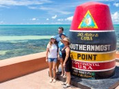 Familienfoto vorm Southernmost Point in Key West. - Foto: Laurence Norah/Florida Keys News Bureau