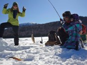 Spaß beim Ice Fishing. - Foto:Tourism New Brunswick