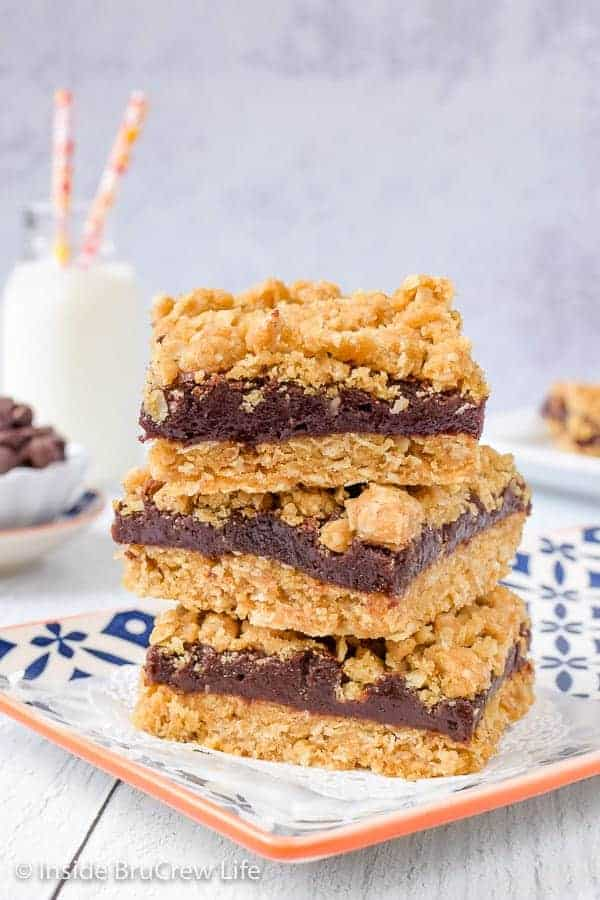 Oatmeal Fudge Bars - these easy crumble bars have a rich fudge center. Enjoy one of these warm cookie bars topped with ice cream for a decadent dessert. #oatmeal #cookiebars #fudge #easy #recipe