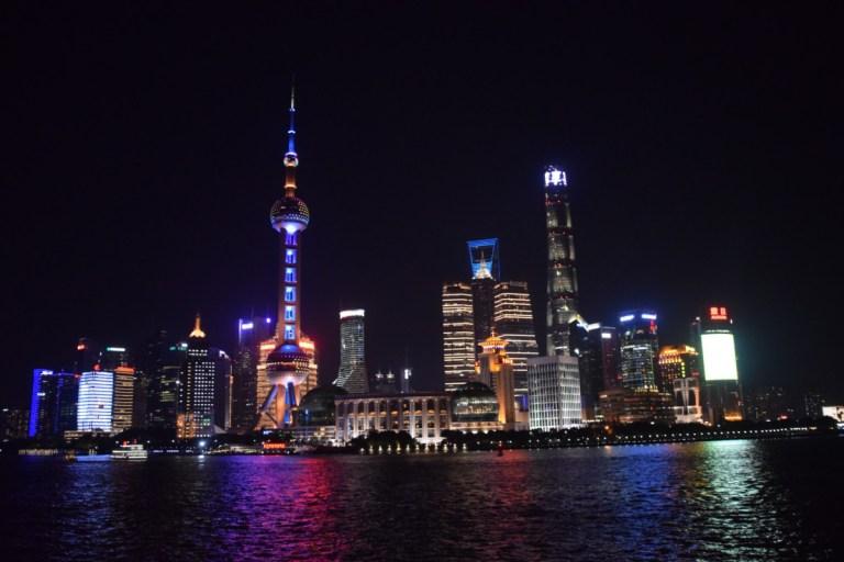 De Skyline van Pudong in de avond, als de lichten nog branden