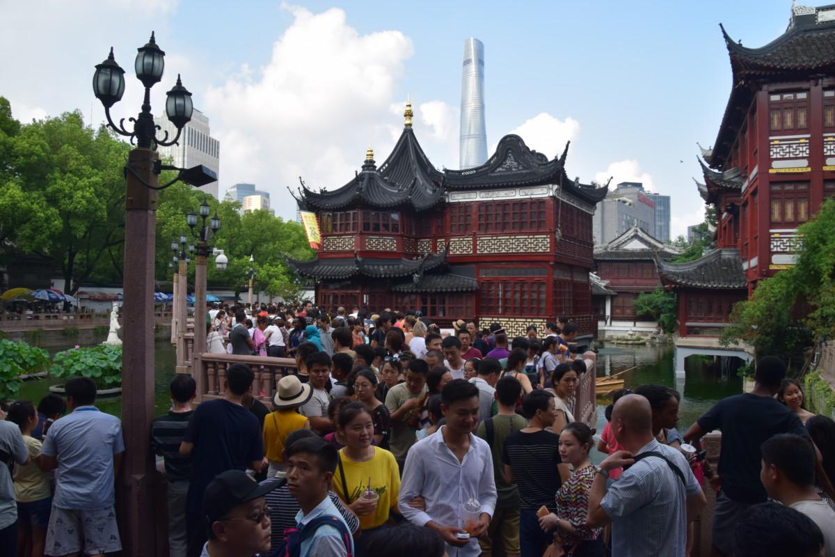 Een drukte van jewelste in de oude stad van Shanghai