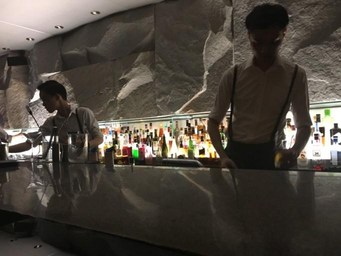 Bartenders maken een cocktail in het Flair Rooftop Restaurant & Bar boven het Ritz-Carlton Hotel