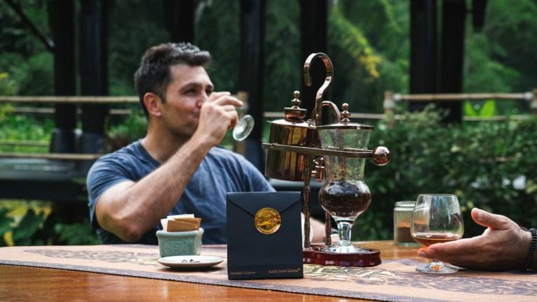 De bekende presentator en chef-kok Kiran Jethwa gaat op zoek naar een bijzondere koffieboon in het oerwoud van Thailand (Foto: KLM)