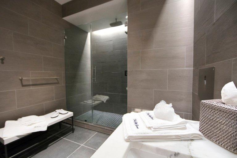 Er zijn ruim sanitaire voorzieningen aanwezig in de lounge (Bron: United)