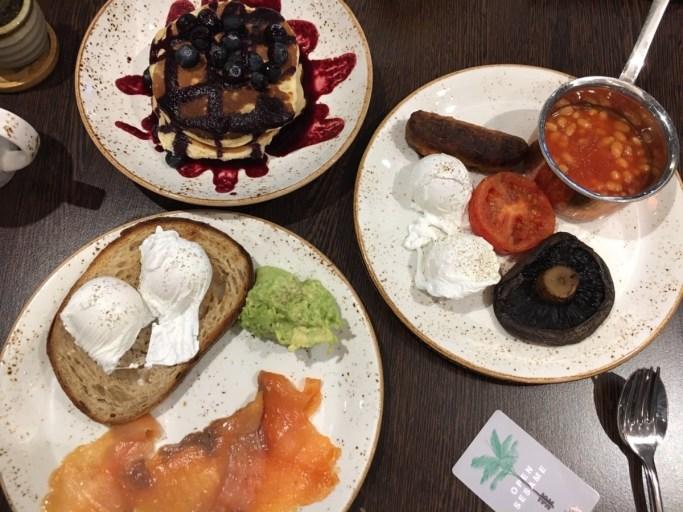 Voor het ontbijt kun je van het menu bestellen en gebruikmaken van het buffet