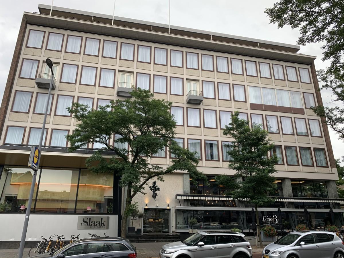 Vooraanzicht van het The Slaak Rotterdam, A Tribute Portfolio Hotel, met aan de rechterzijde het restaurant Didot32 (Bron: eigen foto)