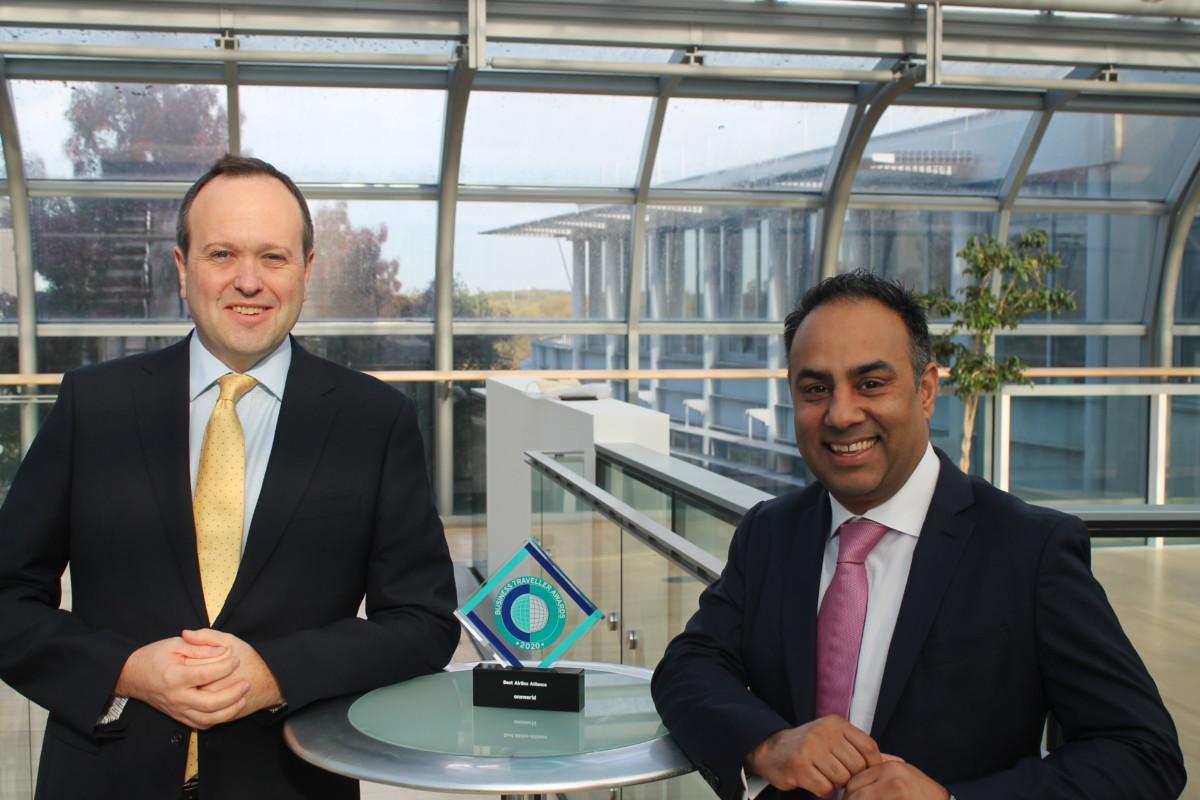 Oneworld Chief Transformation Officer Rishi Kapoor (rechts) nam de award in ontvangst in London. Panacea's Media Managing Director Julian Gregory (rechts) reikte de award uit. Panacea is de uitgever van Business Traveller. (Bron: Business Traveller / Oneworld)
