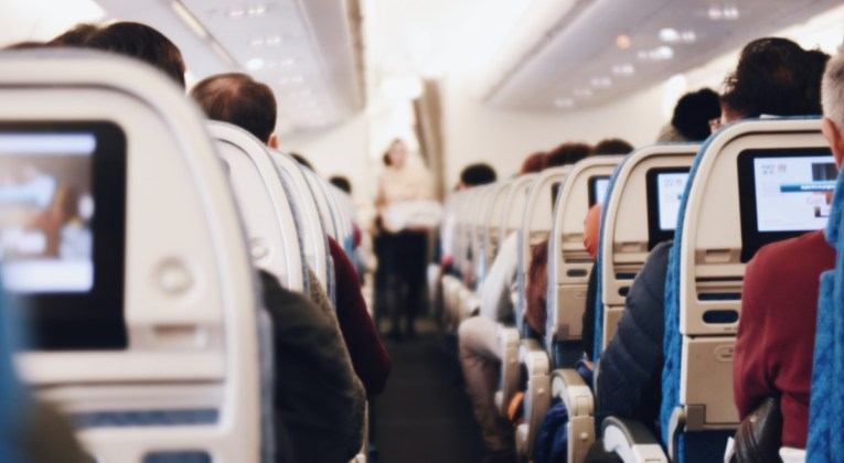 Reizigers aan boord van een vliegtuig (Bron: Suhyeon Choi / Unsplash)