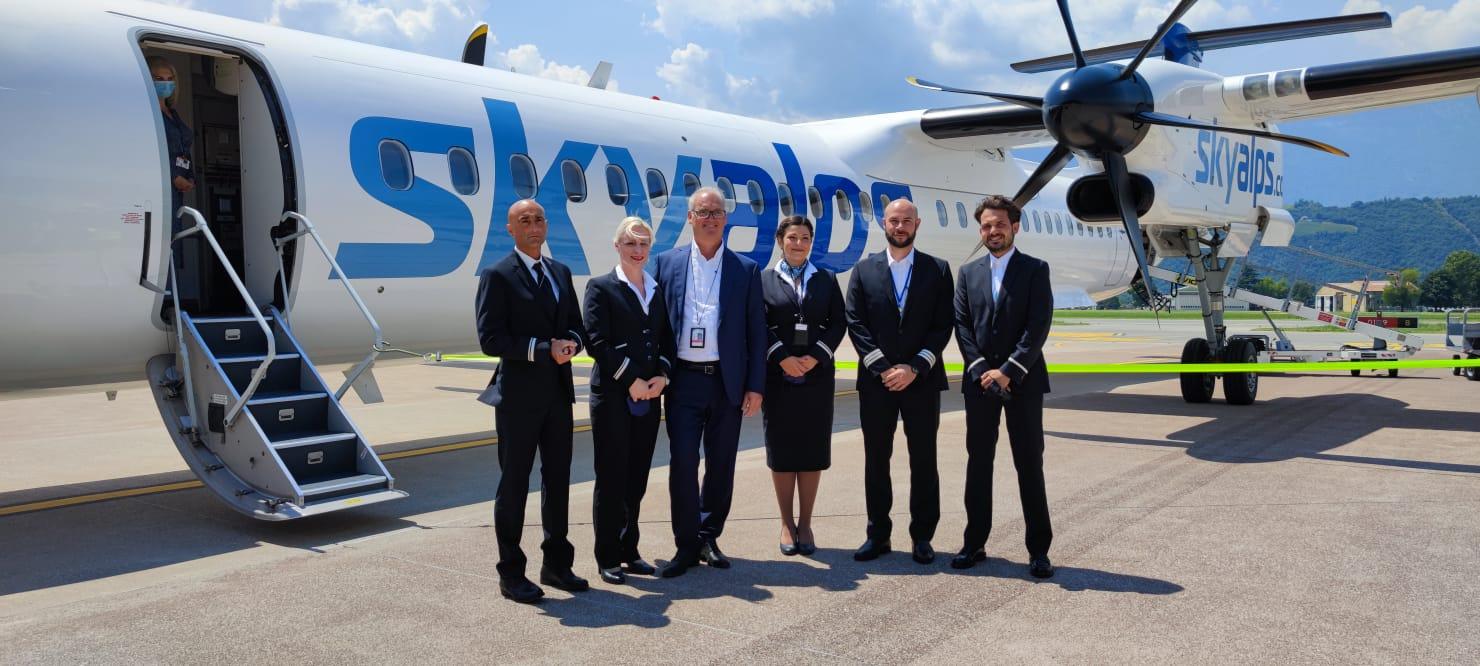 Medewerkers van Skyalps poseren bij een van de twee toestellen van de airline (Bron: Skyalps)
